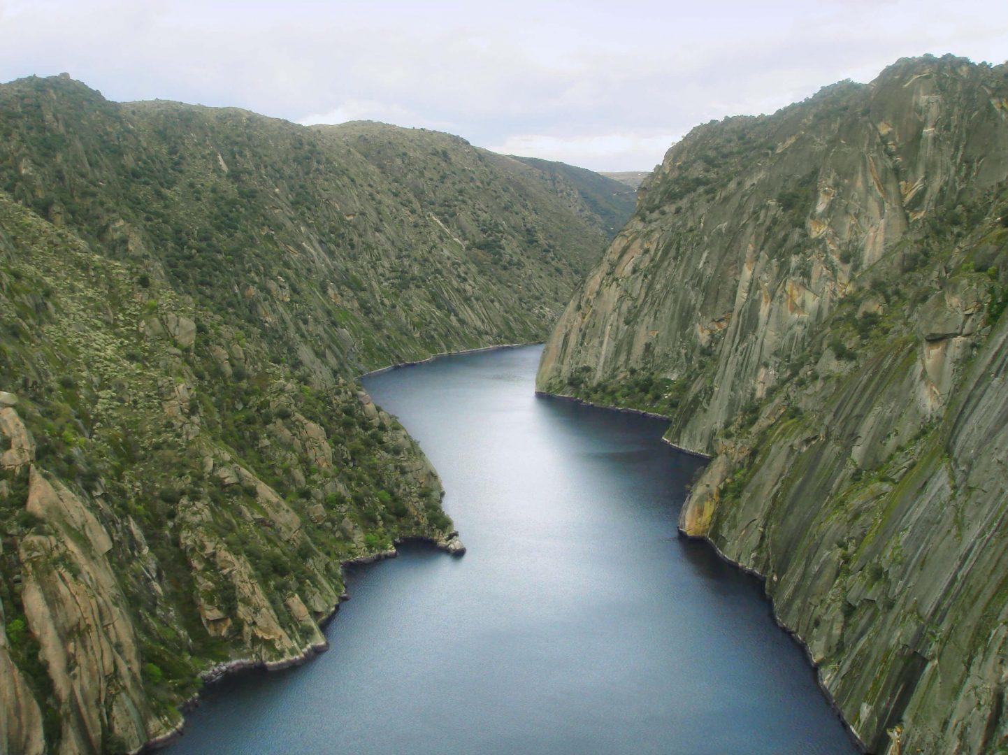 Río Duero entre pendientes escarpadas en los Arribes