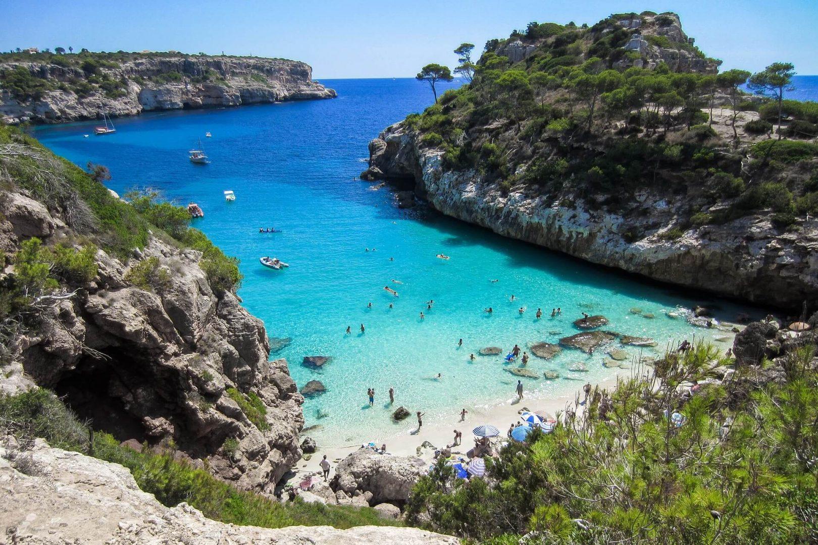 Una cala o bahía pequeña en la isla de Mallorca
