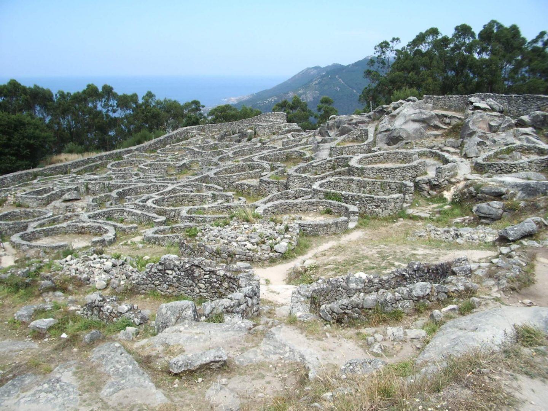 El castro de Santa Trega en A Guardia (Pontevedra) es uno de los más visitados. Fue ocupado entre el siglo I a.C. y el siglo I d.C.
