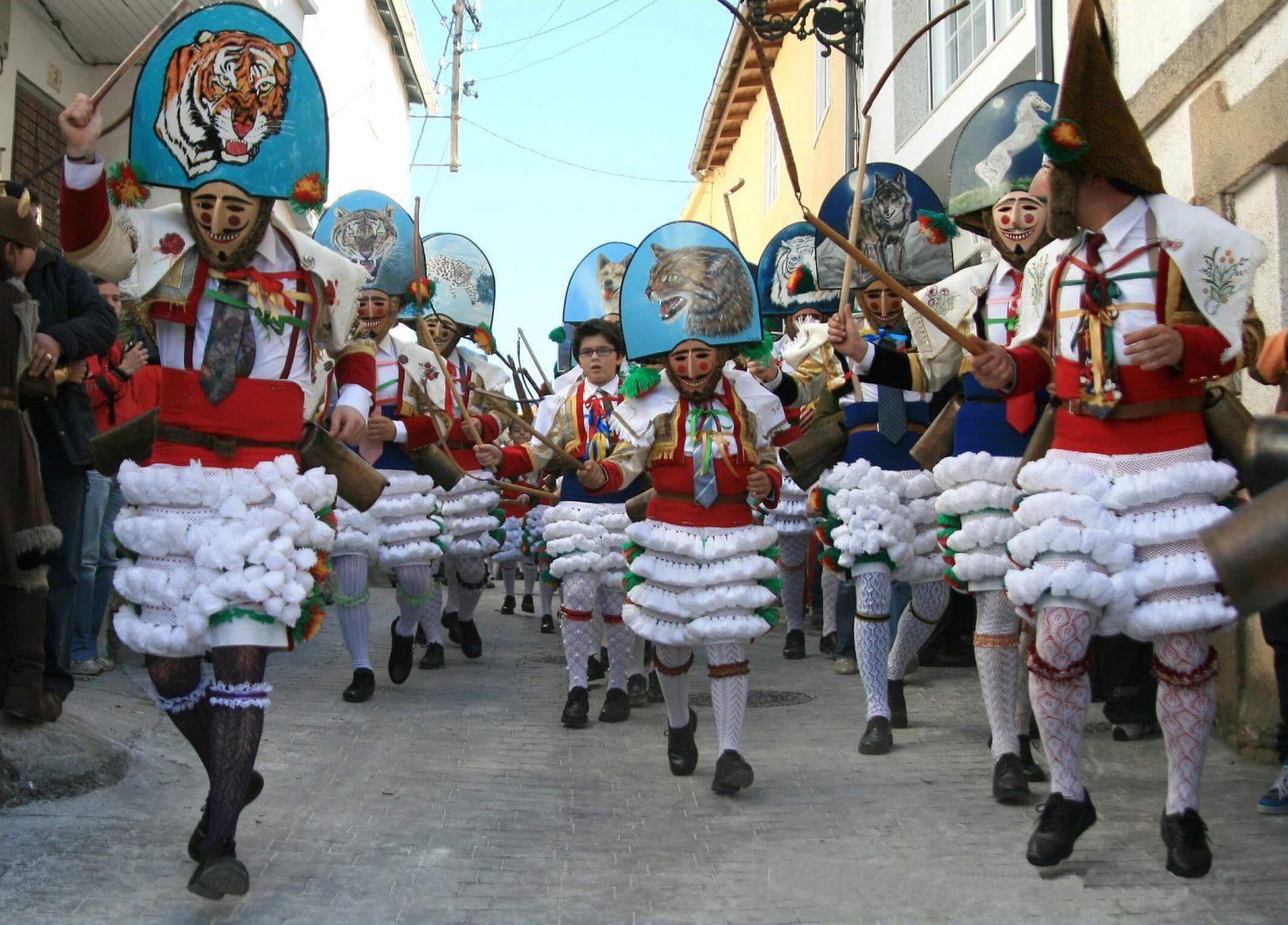Los peliqueiros son los trajes característicos del carnaval de Laza (Ourense).